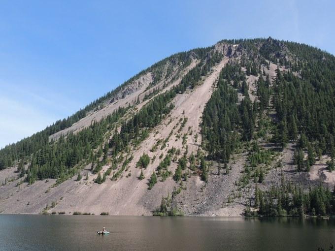 Abbildung 6: Die Schutthänge der Spiral Butte an den Ufern des Dog Lakes. Foto: Trampe 2016.