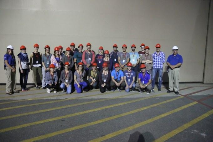 Abbildung 14: Exkursionsgruppe mit Mitarbeitern des Bureau of Reclamation vor dem dritten Maschinenkraftwerk. Quelle: Hillringhaus 2016