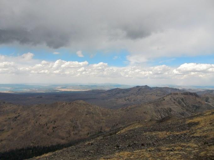 Abbildung 5: Ausblick über den Yellowstone-Nationalpark vom Gipfel des Avalanche Peaks (links der Yellowstone Lake). Quelle: Kempke 2016