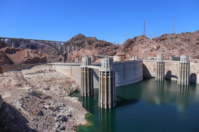Abbildung 11: Hoover Dam mit den vier Wasserzulauftürmen. Quelle: Busche 2018.