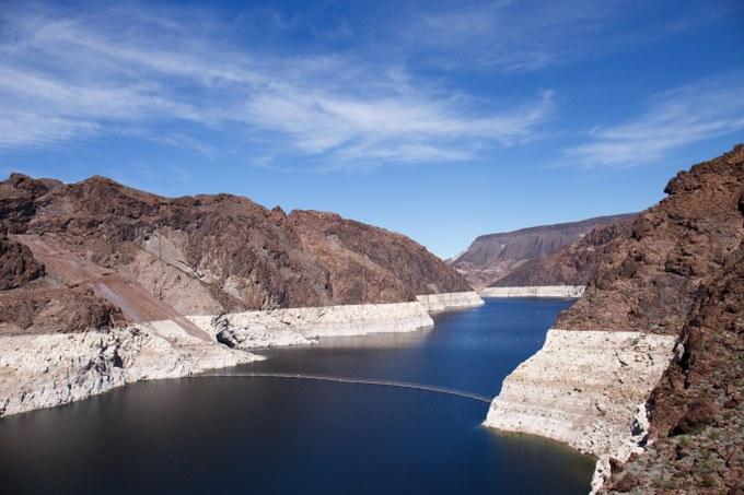 Abbildung 12: Helle Markierungen am Black Canyon zeigen die historischen Wasserstände des Lake Meads. Quelle: Busche 2018.