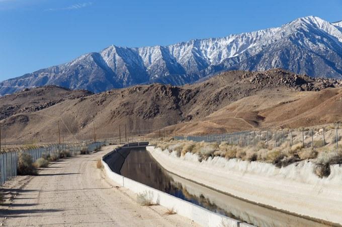Abbildung 12: Los Angeles Aquädukt vor dem Hintergrund der Sierra Nevada (Quelle: BUSCHE 2018).