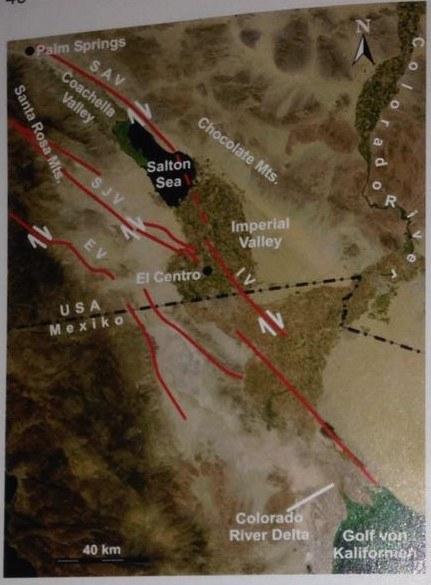 Abbildung 5: Satellitenbild des Salton Seas im Becken zwischen den Santa Rosa und den Chocolate Mountains. Quelle: Stäheli 2003
