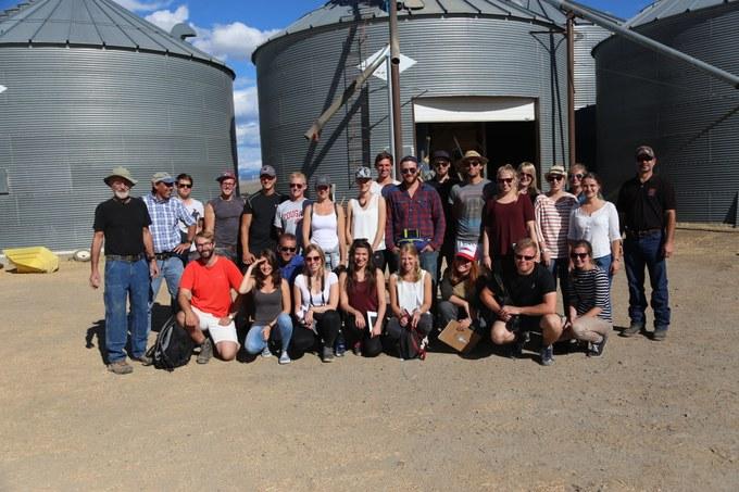 Abbildung 11: Gruppenfoto auf der Agri-Star Farm zusammen mit Douglas Lewis (links) und Darrin Walenta (rechts).Quelle: Lucas Hillringhaus 2016