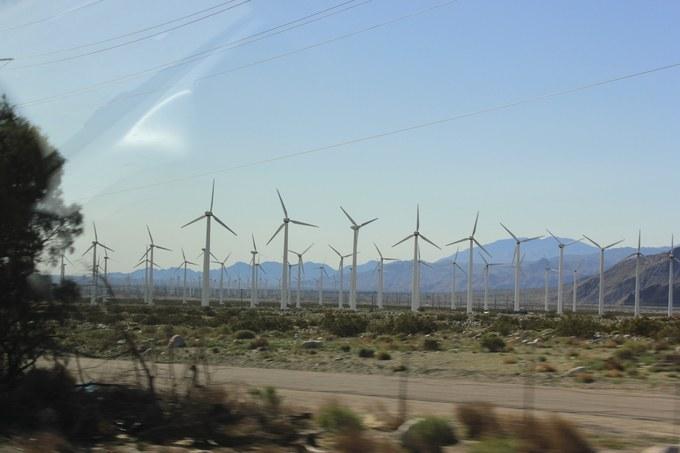 Abb. 1:  Reihenanordnung der Windkraftanlagen an der San Gorgonio Windfarm. Quelle: Wilm 2018.