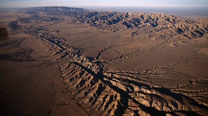 Abbildung 3:Luftaufnahme der deutlichen Bruchlinie der San-Andreas-Verwerfung in Kalifornien (Quelle: SCHAFER 2017).